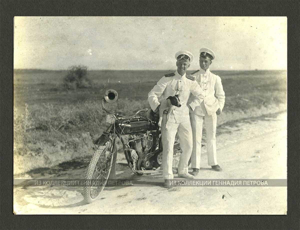 Лейтенант Фриде, мичман Ламычев и пес Комар позируют фотографу возле мотоцикла. Севастополь, 5-е сентября 1913 г.