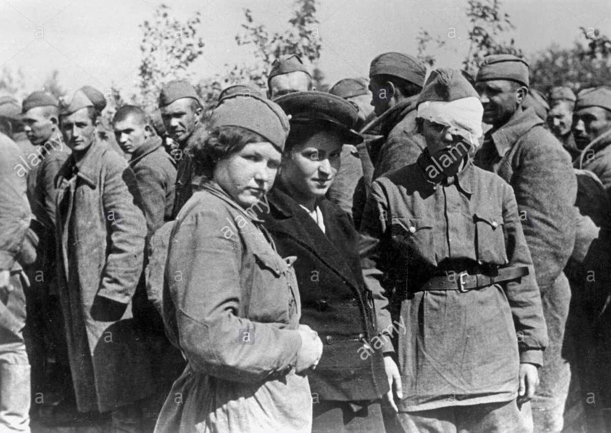 female-soviet-prisoners-of-war-on-the-eastern-front-1941-C459RJ.jpg