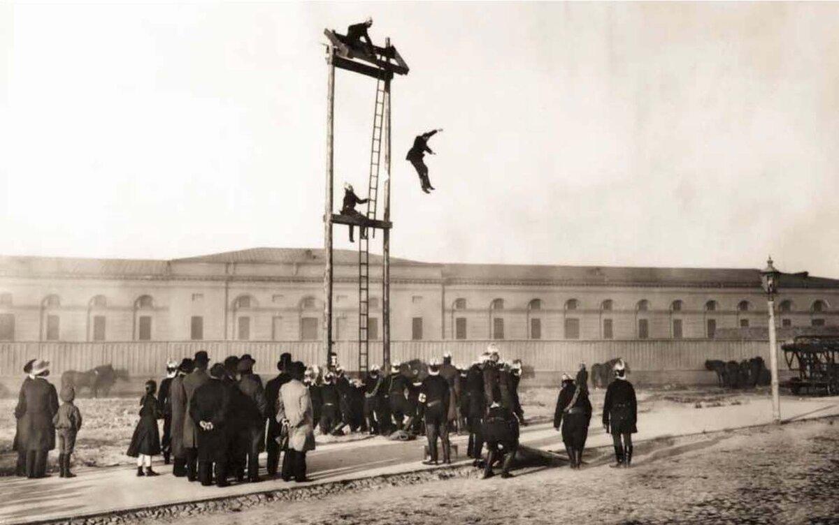 Группа пожарных во время учений. Санкт-Петербург. 1904 г.