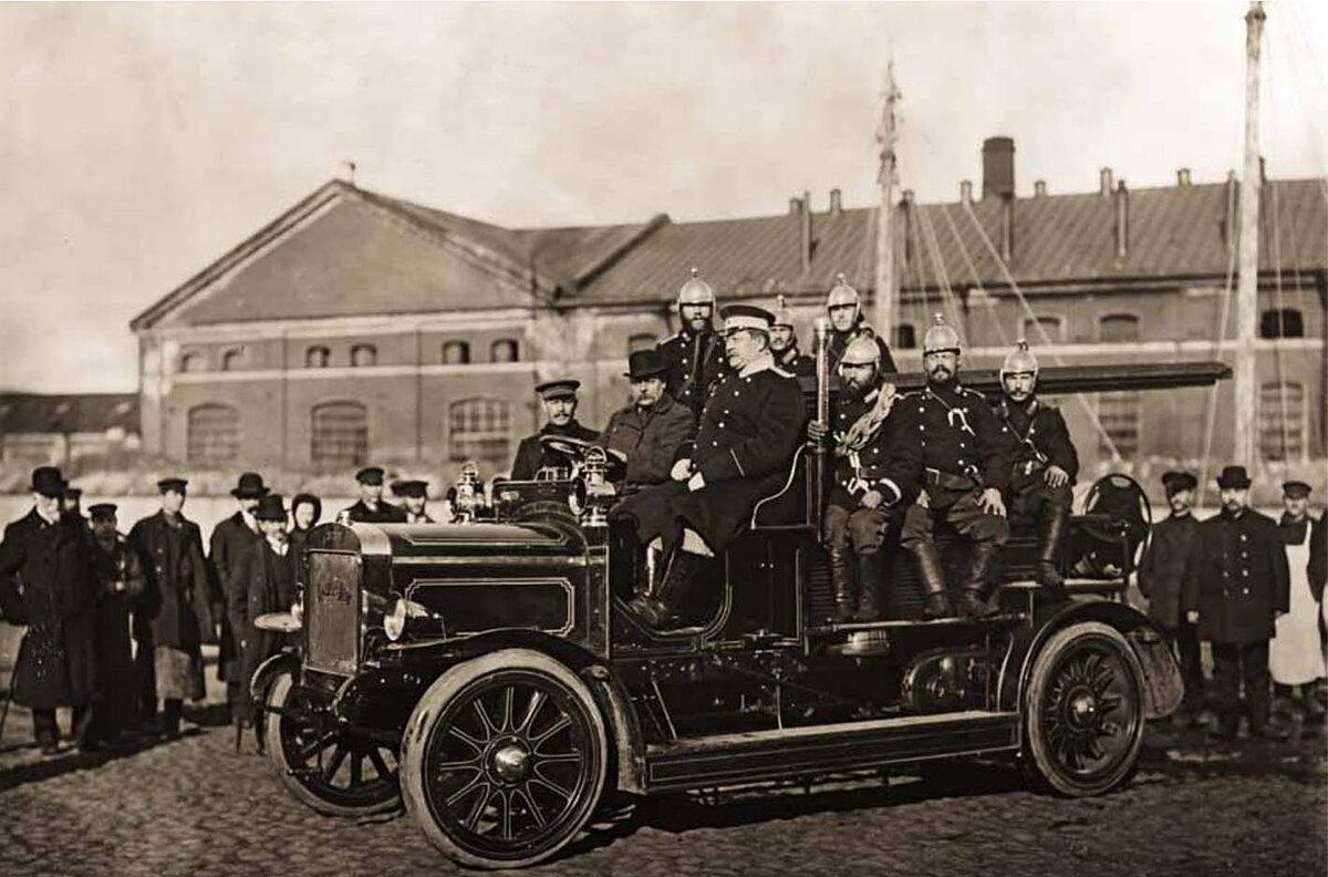 Пожарные в пожарной машине системы Коммер-Кар. Санкт-Петербург. 1911 г.