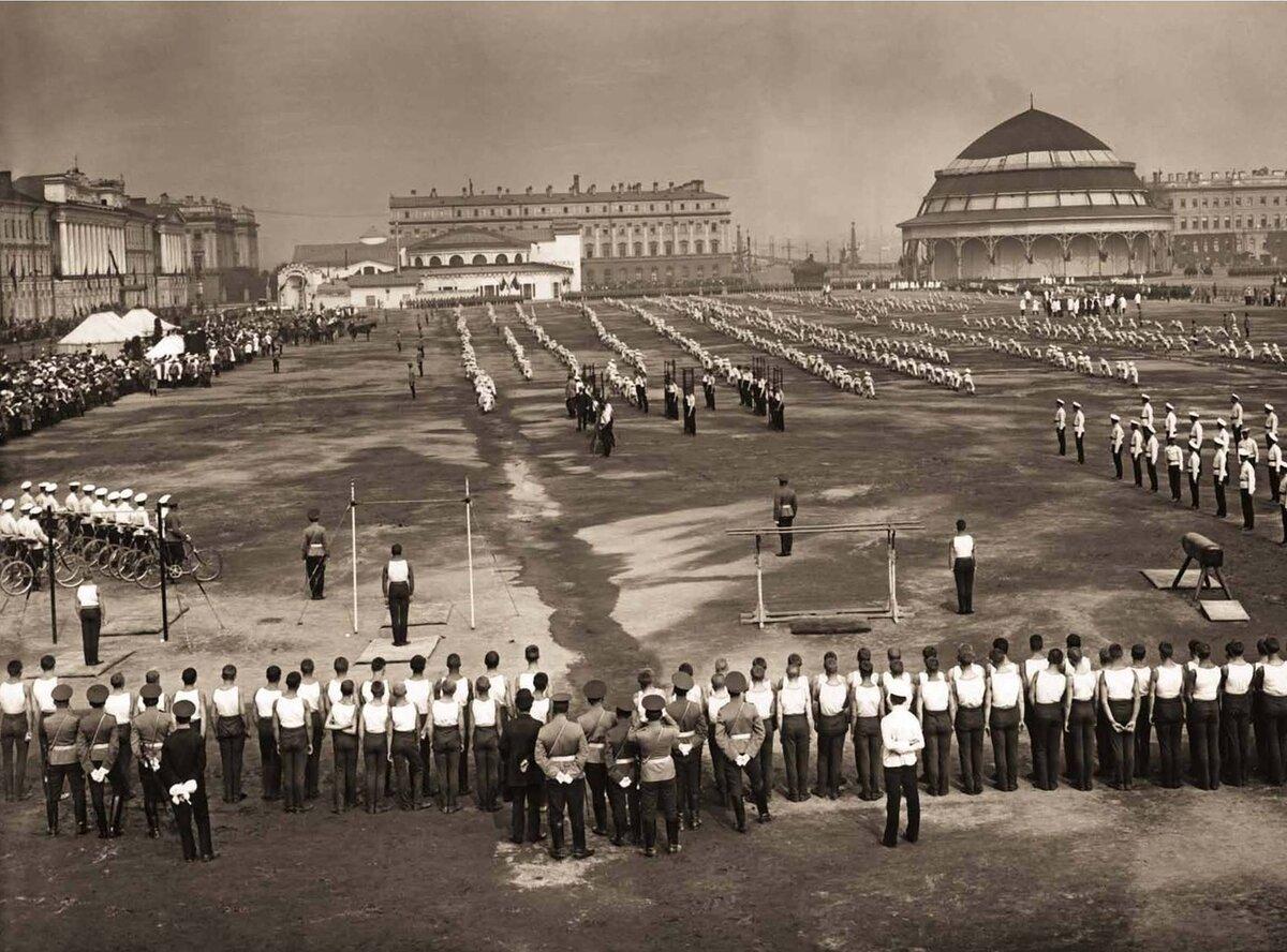 Военно-спортивный праздник на Марсовом поле в честь 100-летнего юбилея Бородинского сражения. 1912 г.