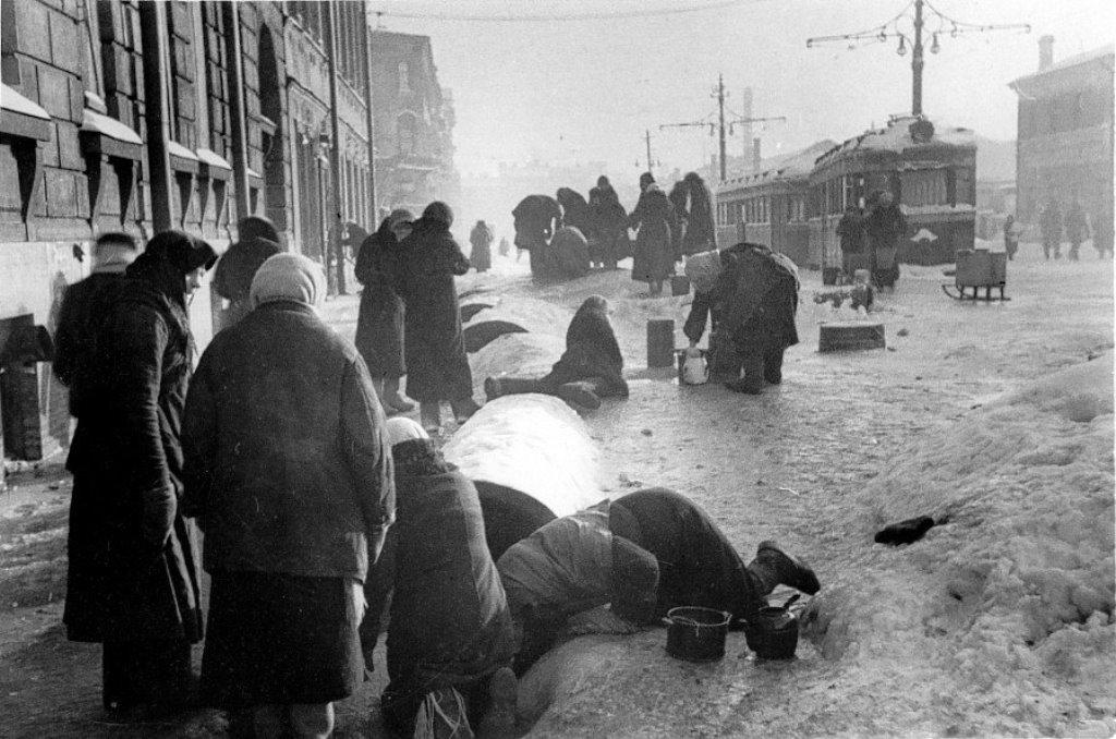 ней находились редкие фото блокадного ленинграда денег