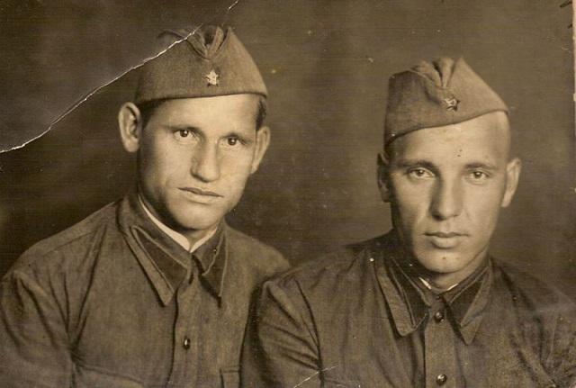 Зуев Иван Егорович (справа)