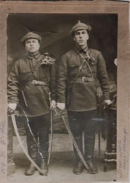 Дубков Иван Васильевич, 1907-1942гг. На фотографии он слева.